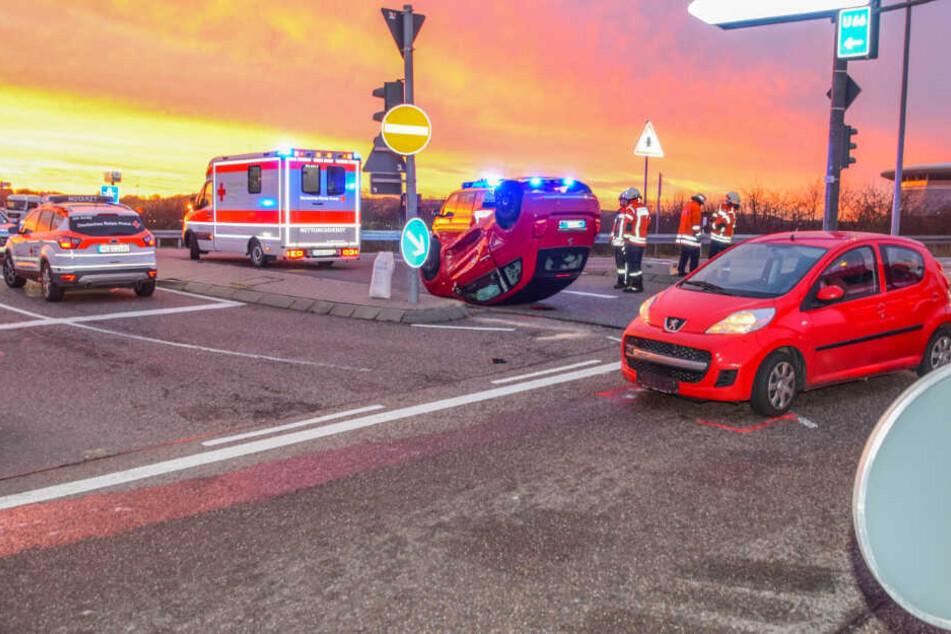 Kurz vorm Stadion der TSG Hoffenheim: Auto landet auf dem Dach