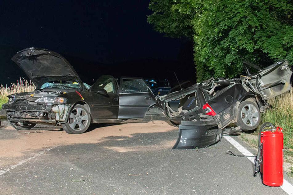 Der Opel wurde durch die Wucht des Aufpralls in zwei Teile gerissen.