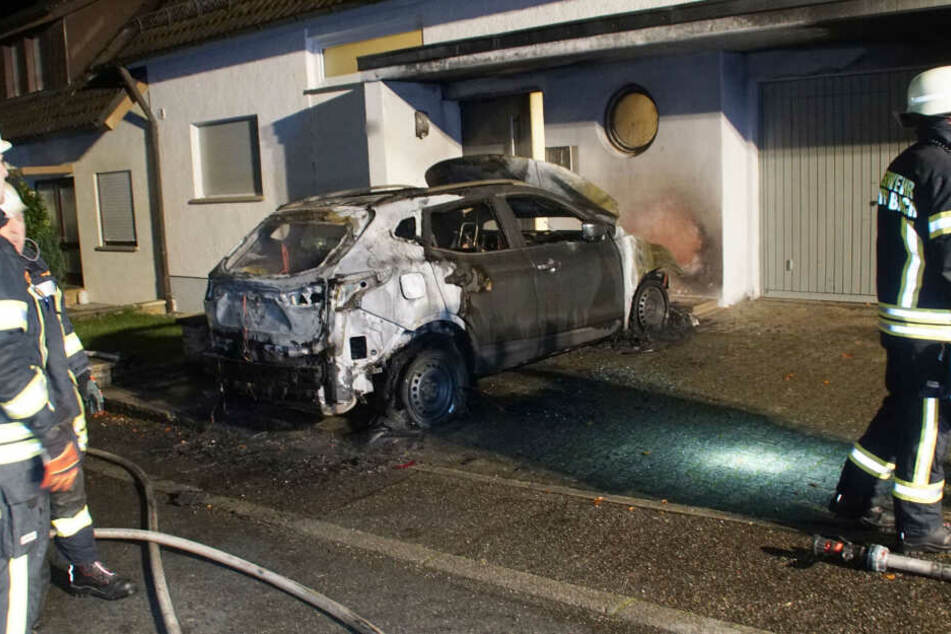 Ein ausgebranntes Auto in Kämpfelbach.