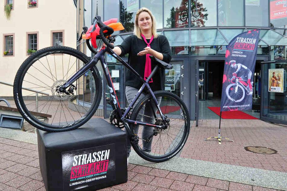 Projektleiterin Stefanie Schmid (32) mit einem der Cyclocross-Räder, die es am Sonntag zu gewinnen gibt.