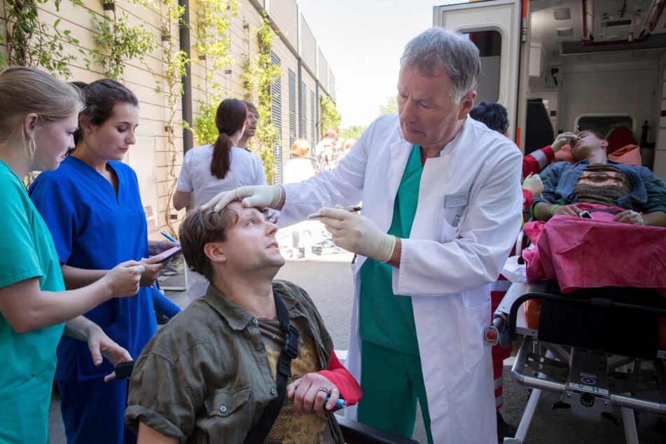 Auf einem Rockfestival in der Nähe von Leipzig ist es zu einer Massenpanik gekommen. Dr. Roland Heilmann (Thomas Rühmann) hat alle Hände voll mit der Erstaufnahme der Patienten zu tun.