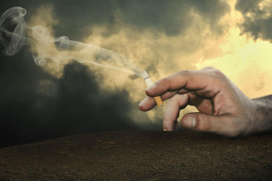 Der Raucher war eingeschlafen, während die Zigarette noch brannte. Ein Nachbar bemerkte den Rauch. (Symbolbild)
