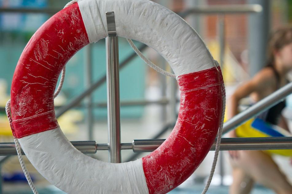 Mädchen (11) springt ins Schwimmbecken und taucht nicht mehr auf