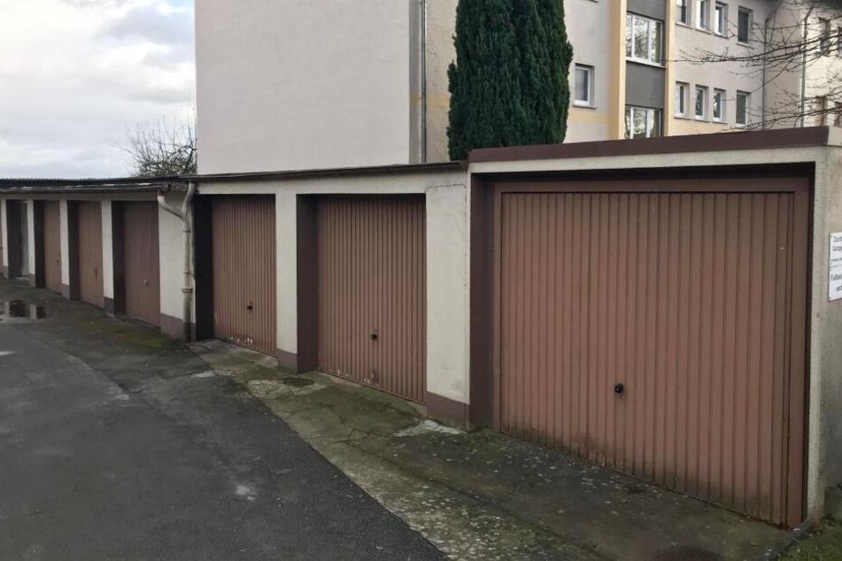 In der zweiten Garage von rechts wurde die Frau in einer Holzkiste gefunden.