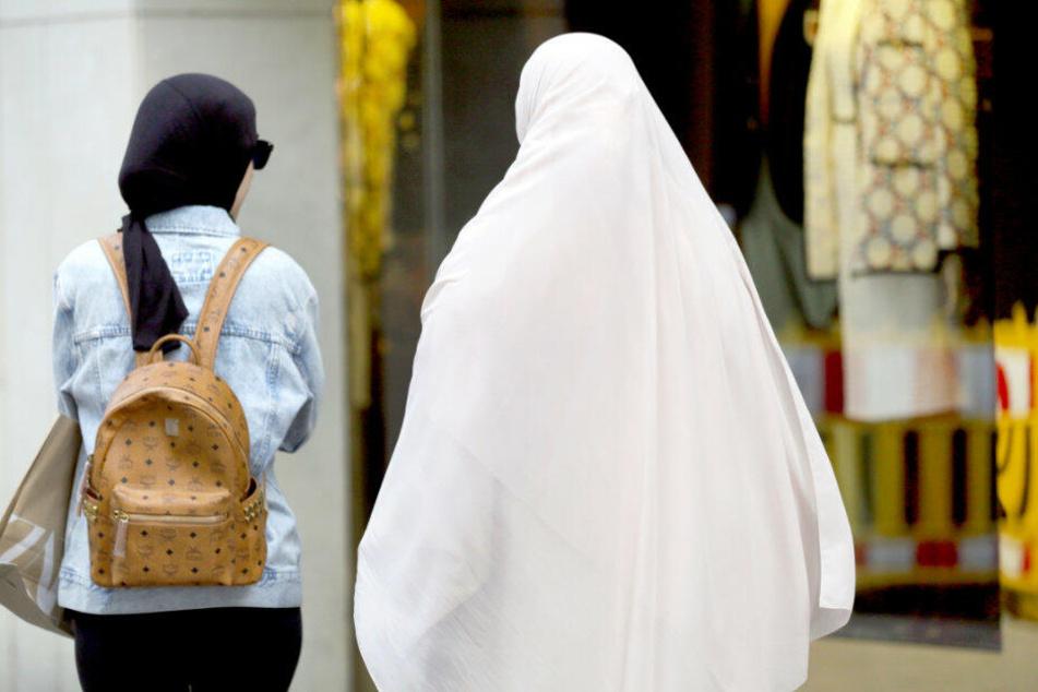 Touristen aus den arabischen Ländern beim Einkaufsbummel auf der Kö.