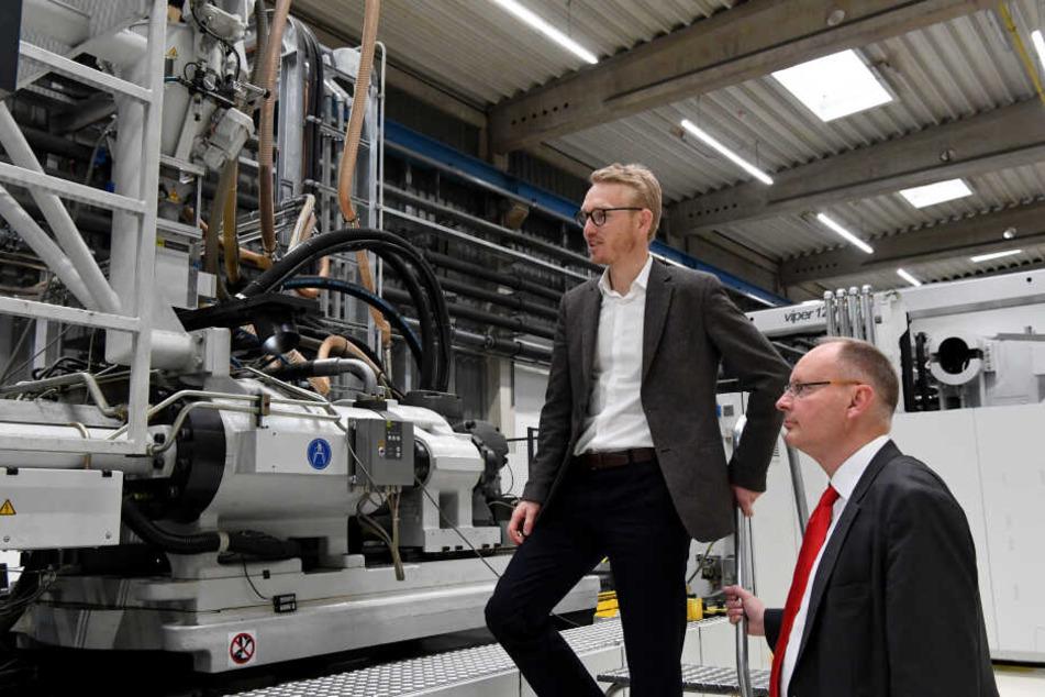 Iver Ahlmann, geschäftsführende Gesellschafter der Firma ACO (l-r), und Jens-Uwe Paasch, Finanzchef des Unternehmens, stehen in einer Produktionshalle von ACO.