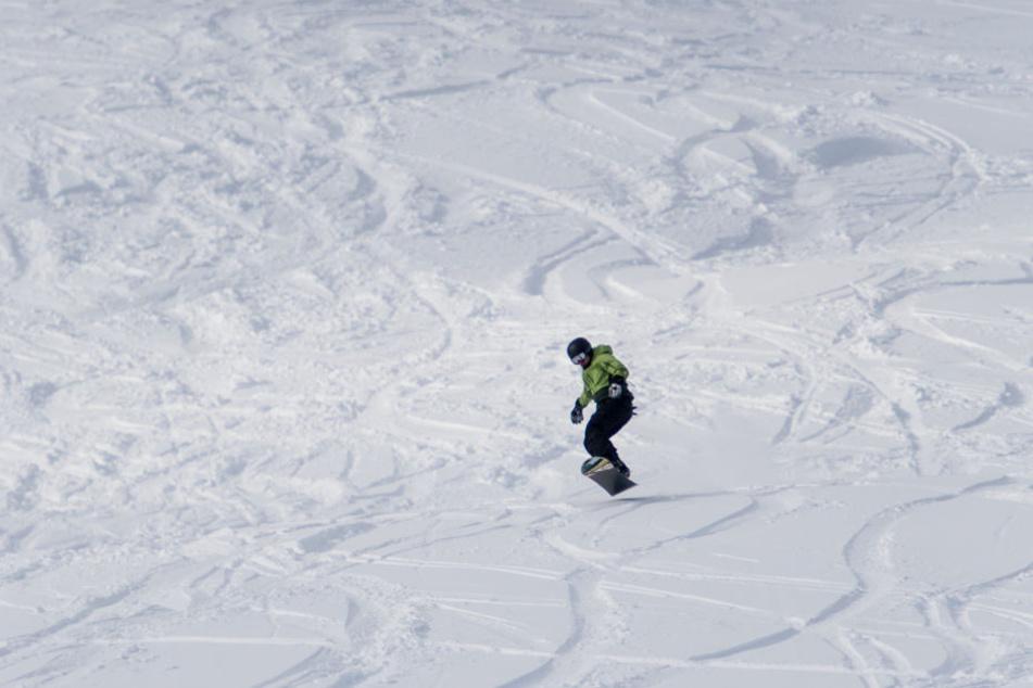 Auch die ersten Snowboarder waren unterwegs.