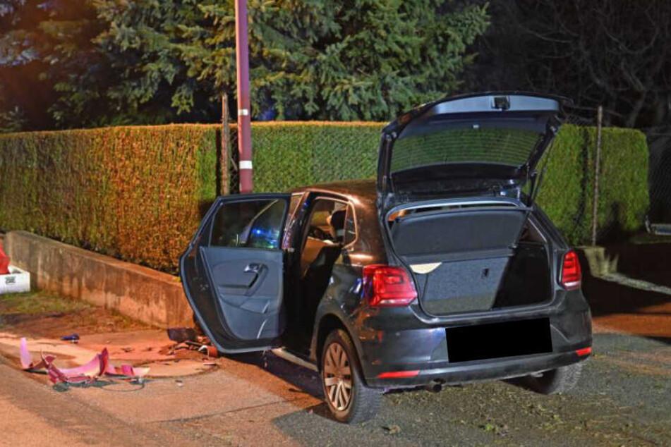 Schwerer Unfall: Auto kommt von Straße ab und kracht gegen Mauer