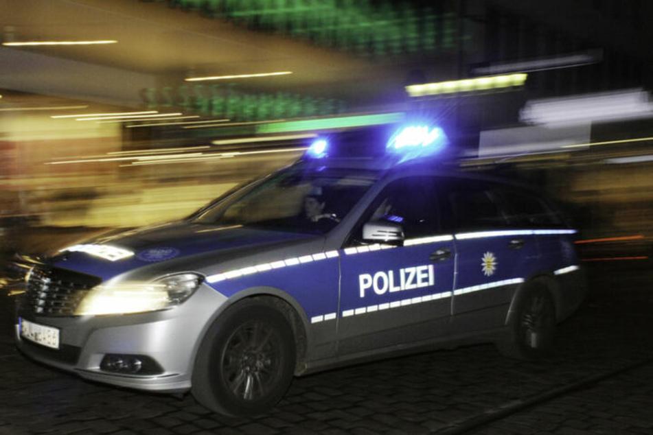 Die Polizei fahndet nach dem Fahrer und seinem Beifahrer. (Symbolbild)