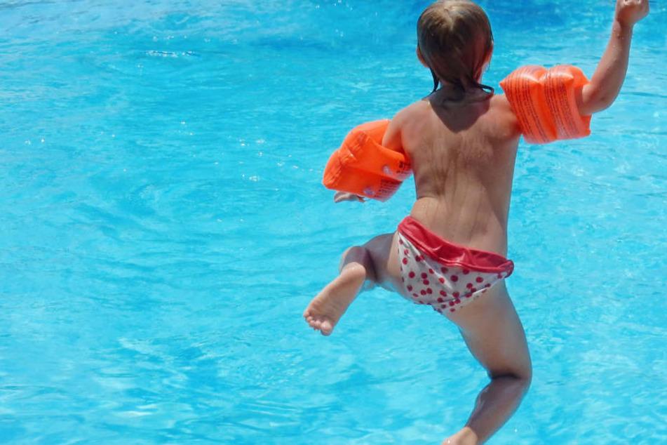 Erst zwei Stunden nach ihrem Ausreisen von zu Hause, wurde die junge Nichtschwimmerin vom Schwimmbad-Personal entdeckt (Symbolbild).