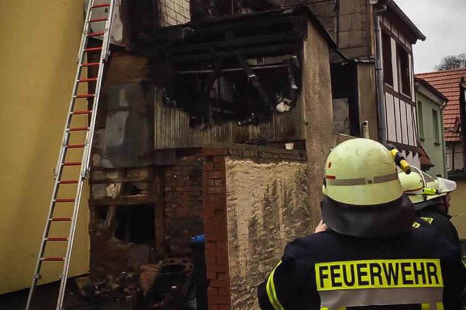Nachdem das Haus abbrannte, entdeckten die Beamten den stark verkohlten Leichnam. (Symbolbild)