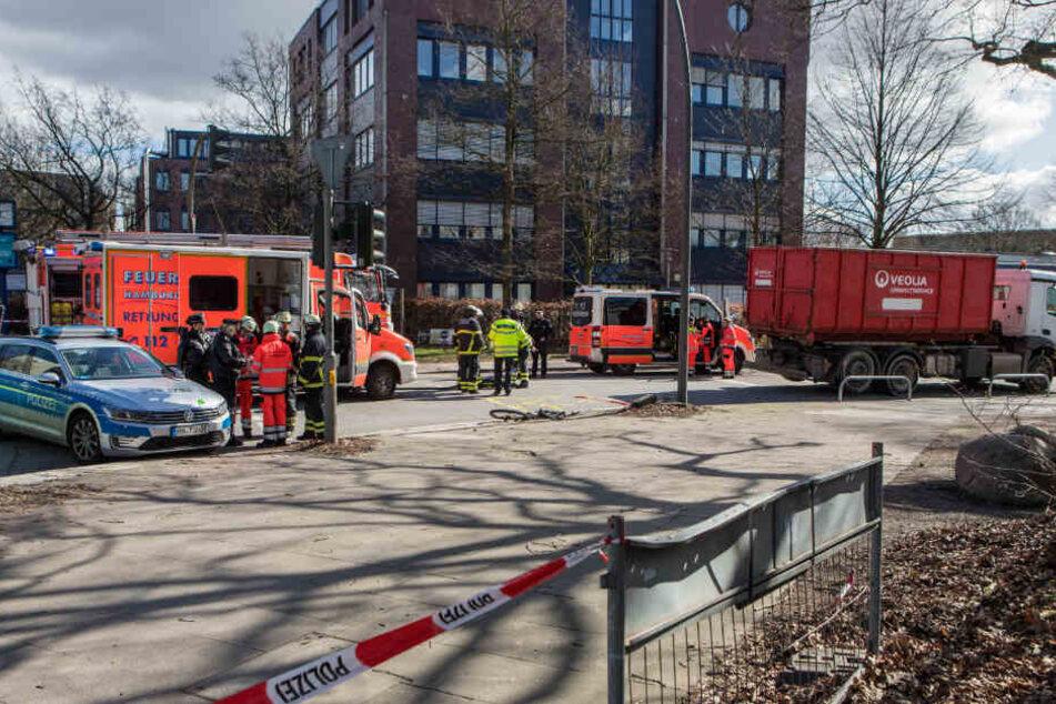 Ein Lastwagen überfuhr einen Radfahrer beim Rechtsabbiegen an dieser Kreuzung in Hamburg-Stellingen.
