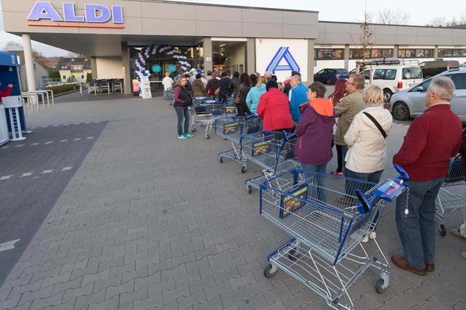 Damit Einkaufswägen von Aldi nicht verschwinden, haben die meisten eine Wegfahrsperre.