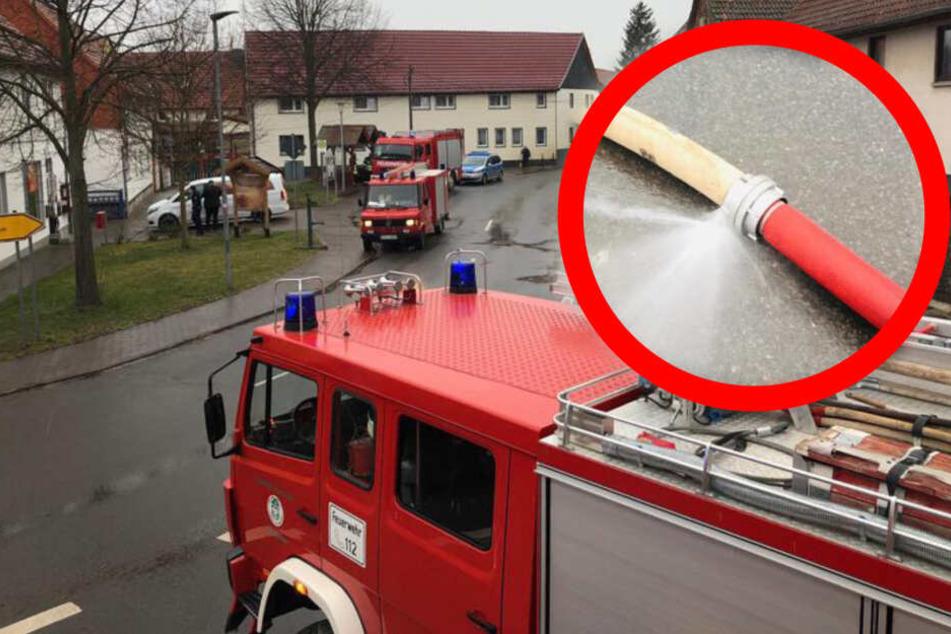 Die Feuerwehr hatte die Straße abgesperrt, der Autofahrer fuhr trotzdem über die Schläuche unter zerstörte sie.