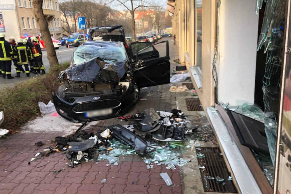 Der Ford wurde in die Scheibe eines Bistros geschleudert.