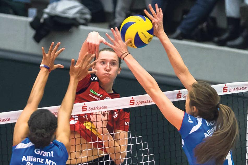 Kadie Rolfzen im Januar 2017 im Angriff gegen die Stuttgarterinnen Nia Grant und Valerie Nicol.
