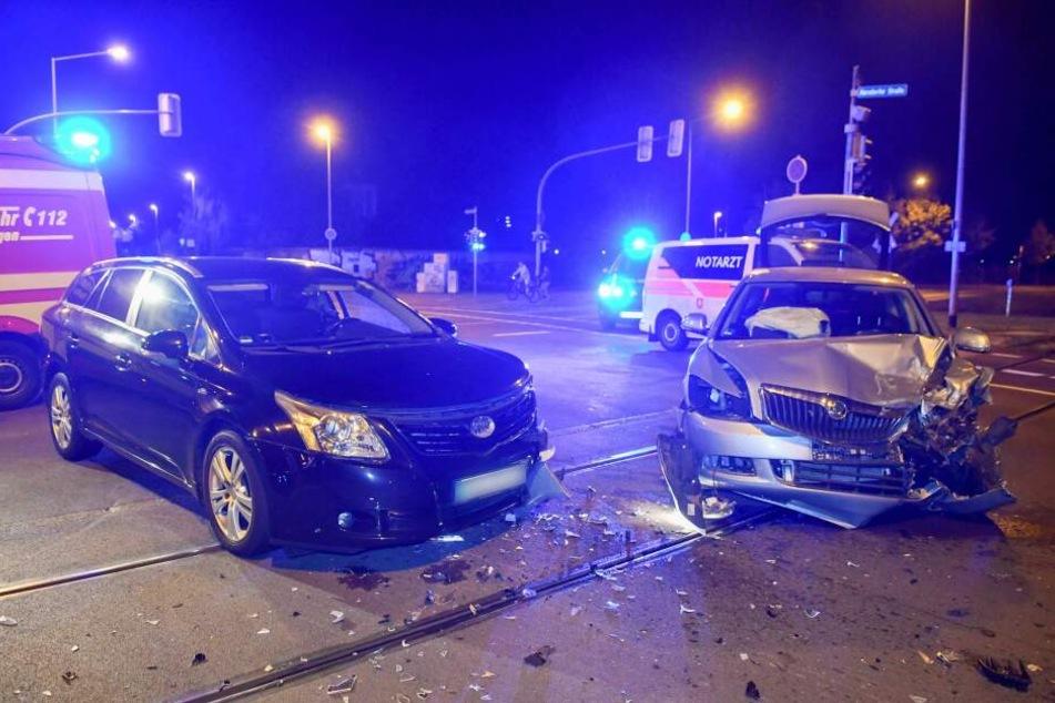 Unfall in Magdeburg: Autos kommen auf Tramschienen zum Stehen, Sperrung!