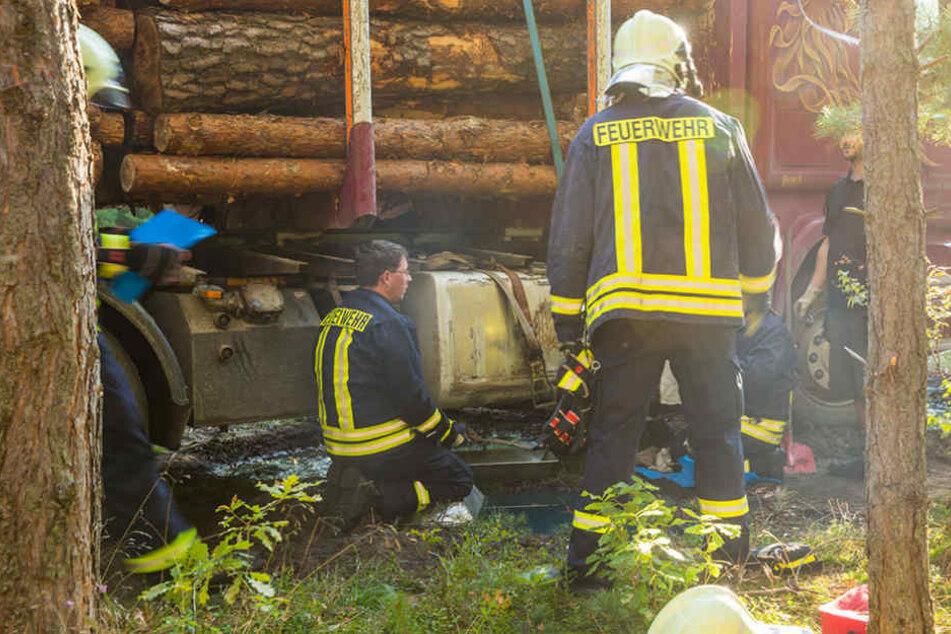 Kameraden der Feuerwehr versuchen das Ausbreiten des Diesels zu verhindern.