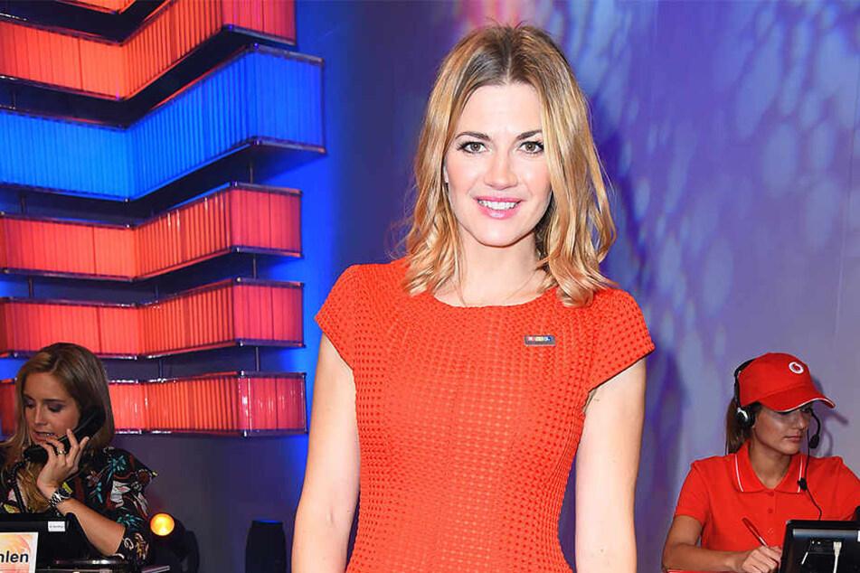 """Nina Bott (39) moderiert das neue TV-Format """"House Rules""""."""
