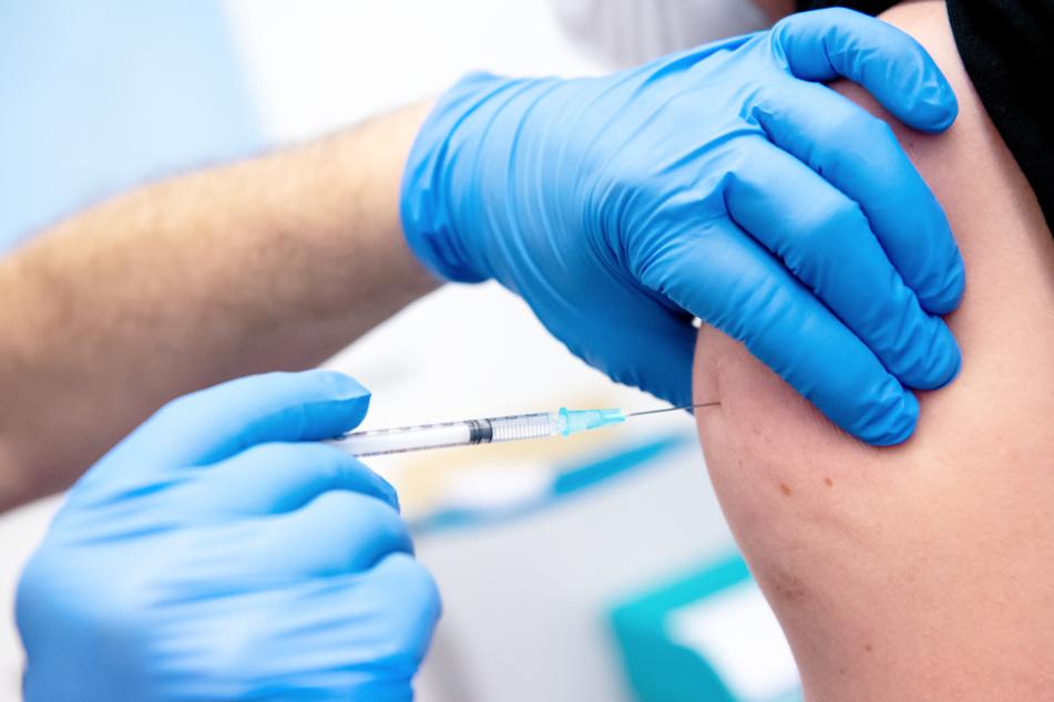 Ärzte, die in Thüringen gegen Corona impfen, erhalten Drohbriefe von Impfgegner