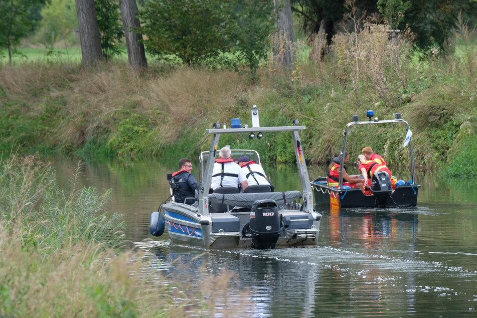 Wasserschutzpolizei und Deutsche Lebensrettungsgesellschaft (DLRG) suchen auf der Unstrut nach einem Krokodil.