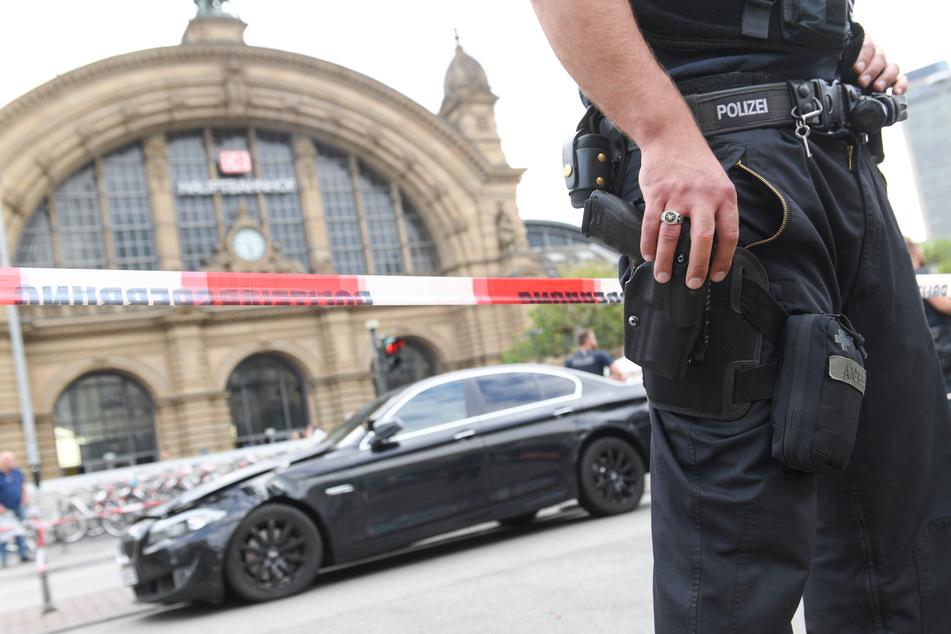 Polizisten verhaften Räuber und werden von wütendem Mob attackiert, dann fällt ein Schuss