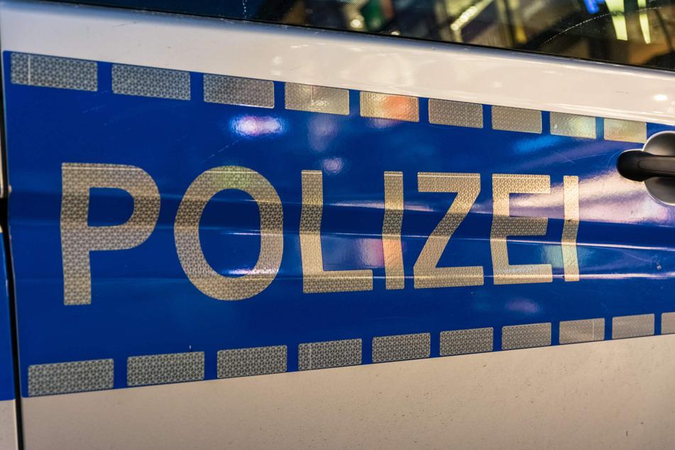 Ein 20-Jähriger ist am Sonntag bei einem Unfall in Bad Honnef schwer verletzt worden. Zuvor hatten sich zwei Männer (beide 18) ein mutmaßliches Rennen geliefert. (Symbolbild)