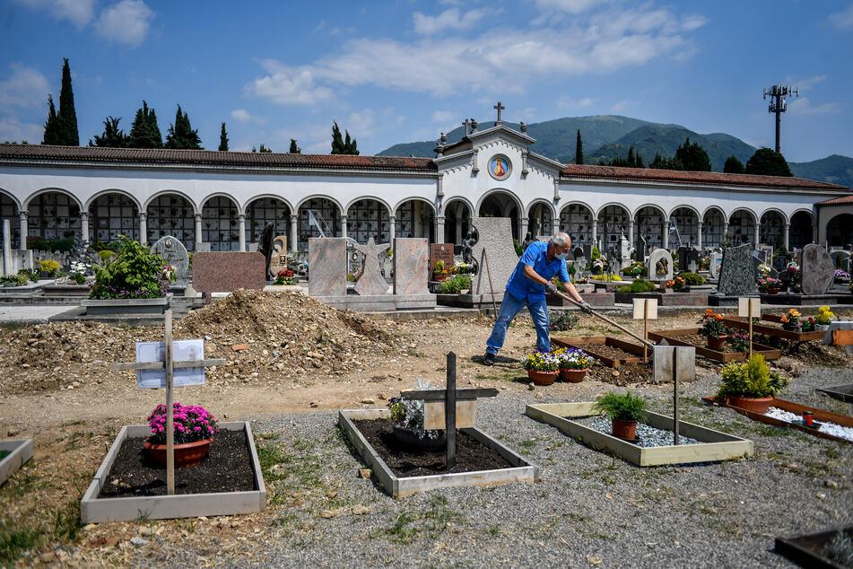 Die Provinz Bergamo wurde besonders hart von der Corona-Pandemie getroffen. Fast die Hälfte der Einwohner von Bergamo hat sich nach Angaben des Bürgermeisters der italienischen Stadt wahrscheinlich mit dem Coronavirus infiziert.