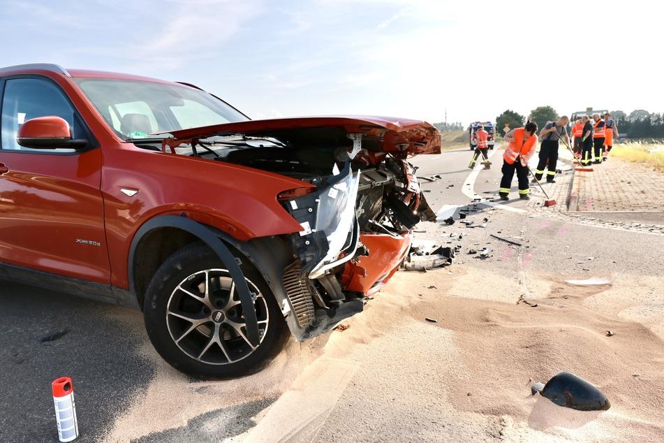 Auch der BMW bekam erheblichen Schaden ab und verlor einiges an Flüssigkeiten.