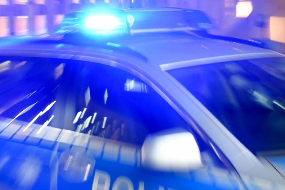 Bei Kontrolle: Autofahrer gibt Vollgas und rammt querstehenden Streifenwagen