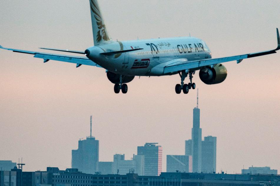 Ein Flugzeug setzt am Flughafen Frankfurt zur Landung an.