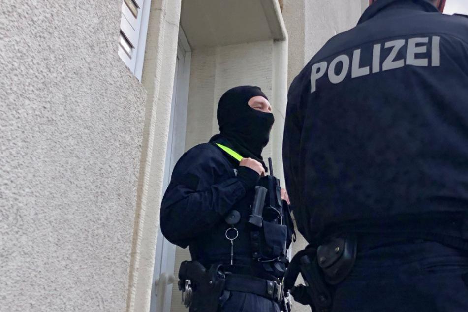 Polizisten stehen im Rahmen einer Durchsuchung vor einem Wohnhaus in Osnabrück in Niedersachsen.