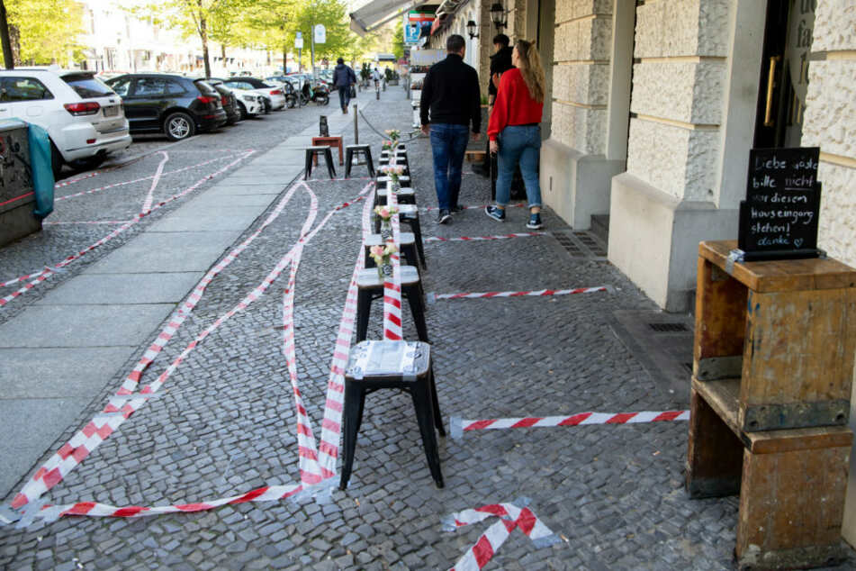 Umfangreich abgeklebt ist der Eingangsbereich eines Cafés in einer Seitenstraße des Kurfürstendamms.