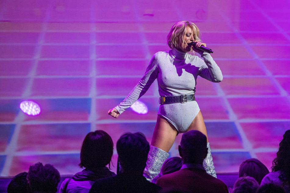 So sexy zeigte sich Michelle noch bei einem Auftritt 2019 - in sexy Klamotten und offenbar ohne BH.