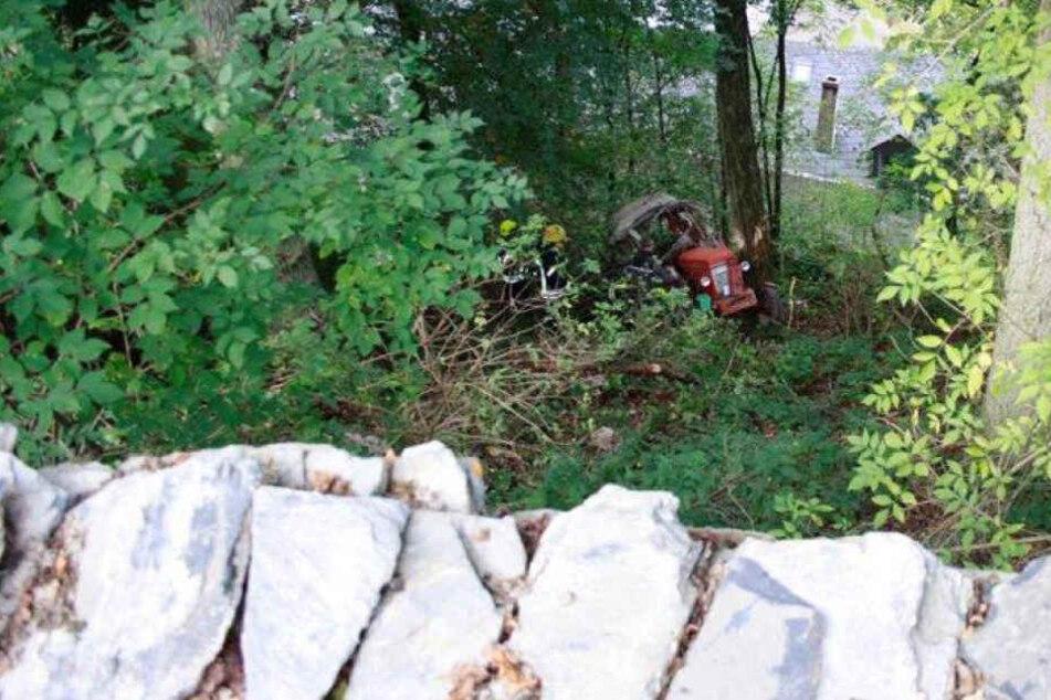 Mann begeht dummen Fehler: Dann stürzt er mit Traktor zehn Meter tief Abhang hinab