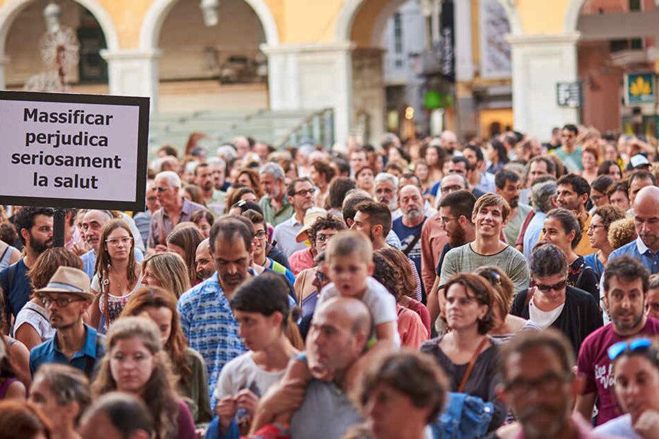 Die Leute demonstrierten gegen eine überfüllte Insel und Sauftourismus.