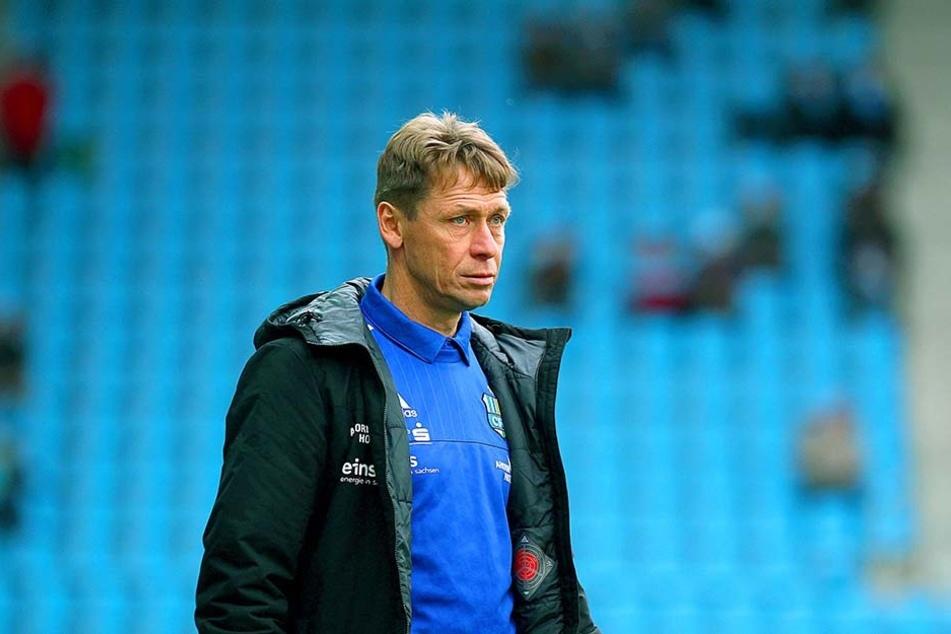 Sorgenvolle Miene bei Sven Köhler, der schon wieder seine Abwehr umbauen muss.
