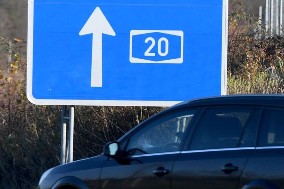 Ein Auto fährt an einem Hinweisschild vorbei auf die Autobahn 20, in deren Nähe die junge Frau gefunden wurde.