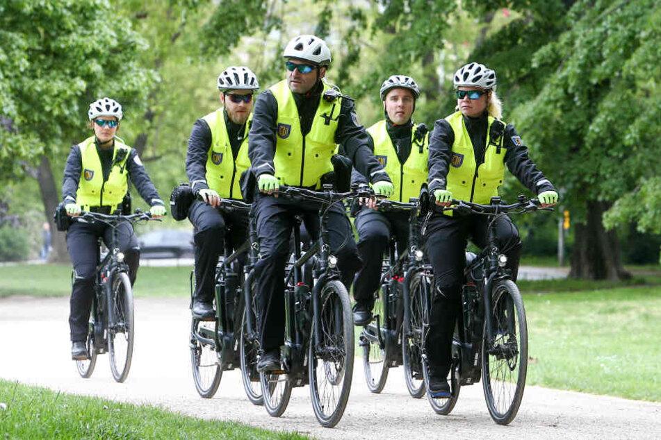 Zu fünft sind die Beamten zu Rad im Stadtgebiet von Leipzig unterwegs.