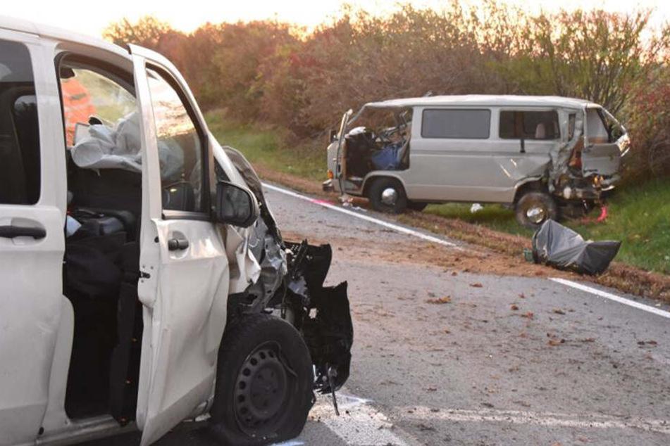 Die beiden in den Unfall verwickelten Fahrzeuge. Vorne der Mercedes, im Hintergrund der VW T3.