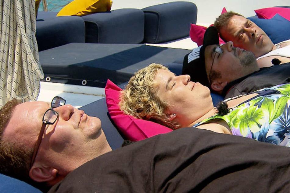 Da war noch alles gut. Beate mit Willi (r.) Sascha und Mario auf dem Sonnendeck der Liebesyacht.