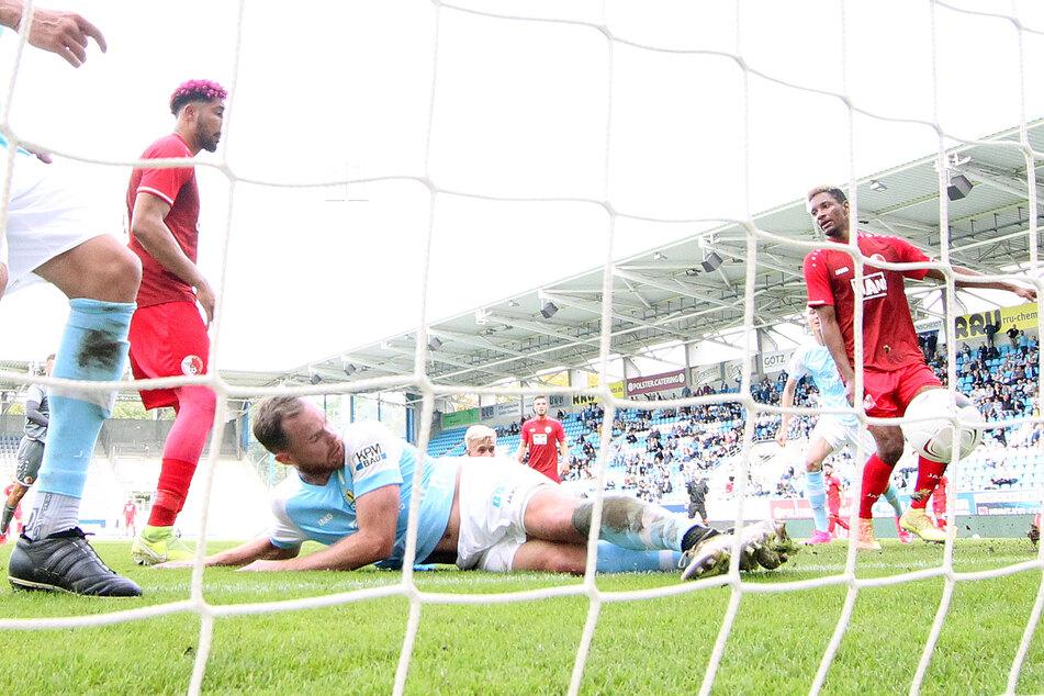 Tobias Müller erzielte im Liegen das 4:2 und machte damit endgültig den Deckel drauf.