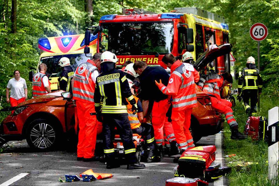Die Feuerwehr musste eine Frau (30) wegen schwerer Verletzungen behutsam aus dem Autos herausschneiden.