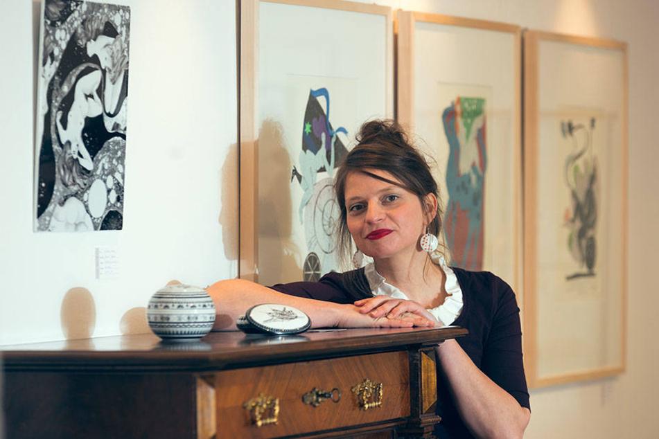 Porzellankünstlerin und Galeristin Janett Noack hat selbst viel Freude an  ihrer Ausstellung.