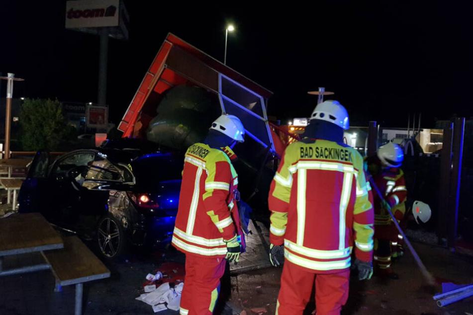 Bei dem Unfall wurde außer dem Autofahrer noch ein Restaurantbesucher verletzt, beide mussten ins Krankenhaus.