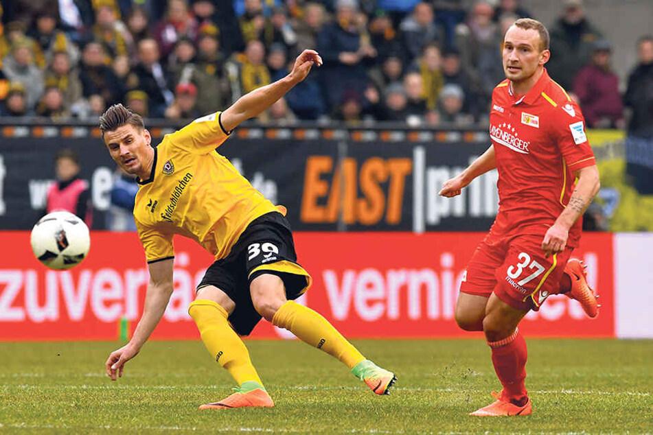 Dass Stefan Kutschke (l.) wie in dieser Szene mal ein paar Schritte eher an den Ball kam als sein Bewacher Toni Leistner,war höchst selten.