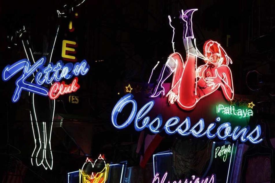 Leuchtreklame für sexuelle Dienste in Pattaya, der Hochburg Thailands für käufliche Liebe.