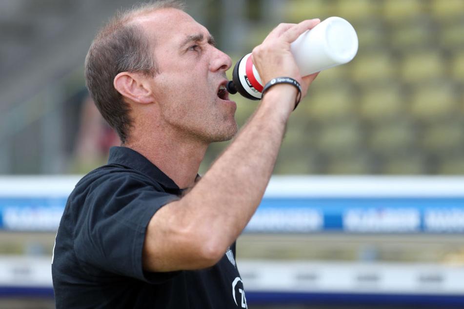 Flasche halb leer oder halb voll? Joe Enochs sah einen Braunschweiger Strafstoß, der aus seiner Sicht keiner war. Trotzdem wertete der FSV-Trainer den Punkt für sein Team als glücklich.