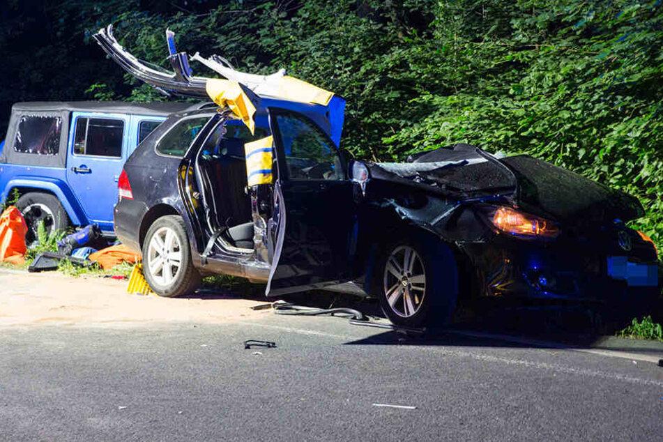 Die Feuerwehr musste den Toten aus seinem Fahrzeugwrack bergen.