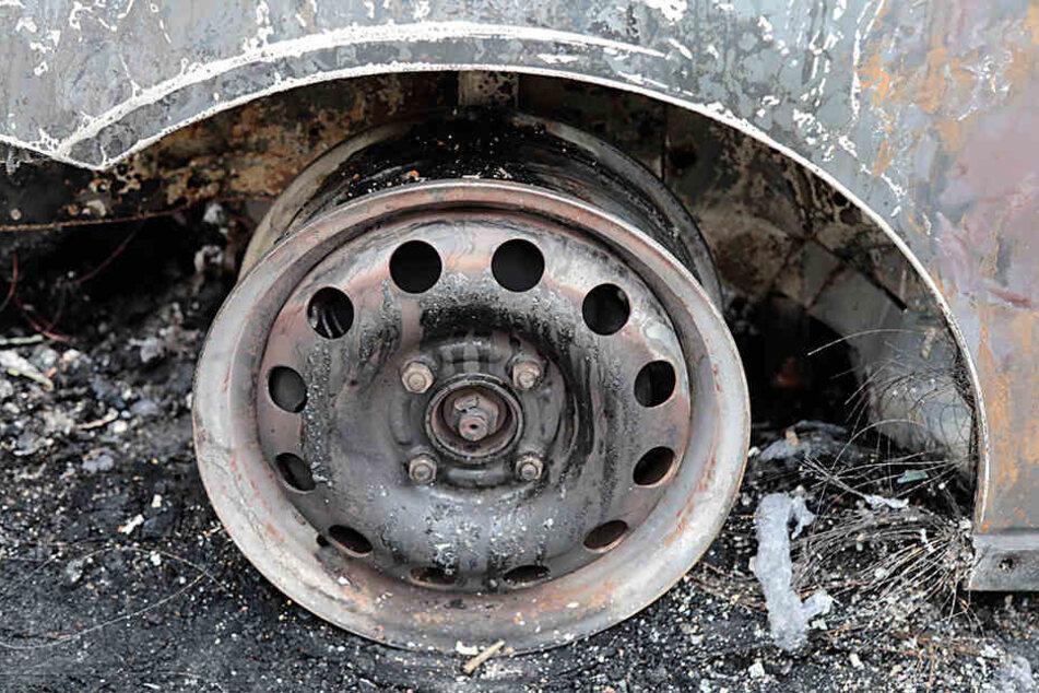 Motorrad und Auto brennen nach Crash komplett aus